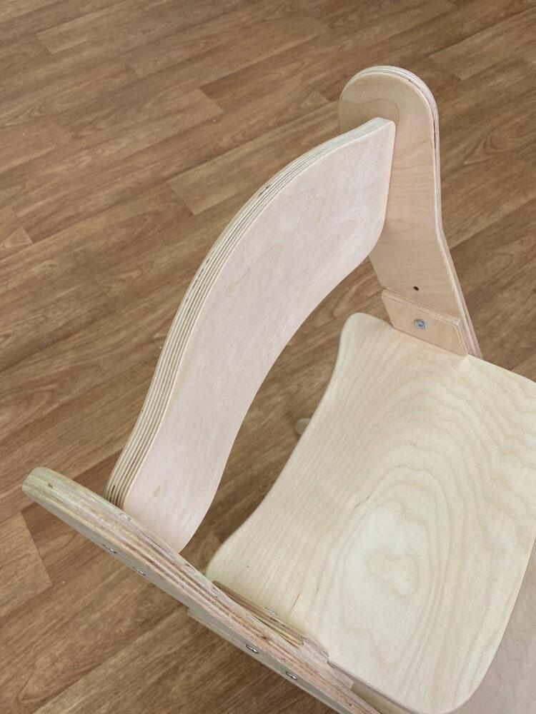 Растущий стул с изогнутой спинкой