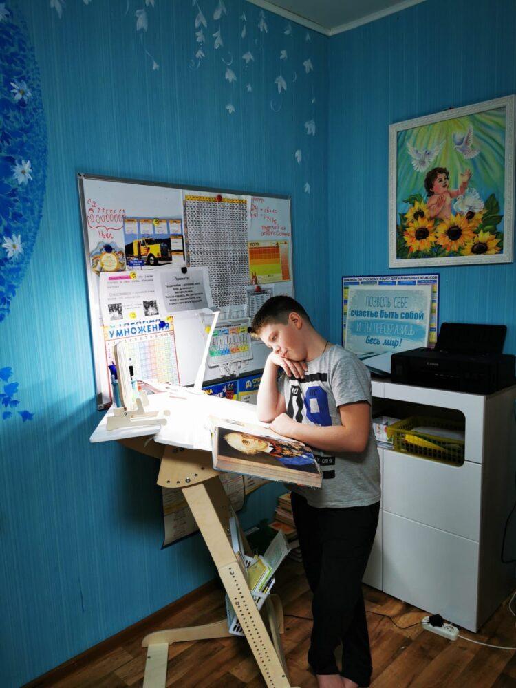 Письменный стол «Добрыня детский (Ладная)» для работы стоя с регулировкой высоты и наклона столешницы на рост 100-160 см